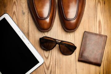 Zapatos marrones de hombre, billetera, gafas y tablet