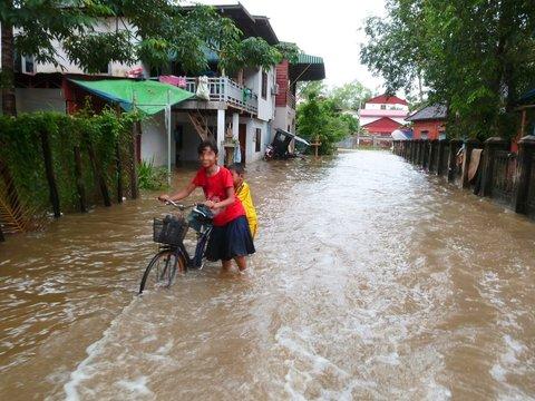 Route inondée pendant la mousson en Asie (Cambodge)