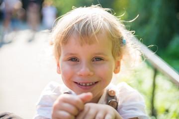 Obraz Uśmiechnięta dziewczynka - fototapety do salonu