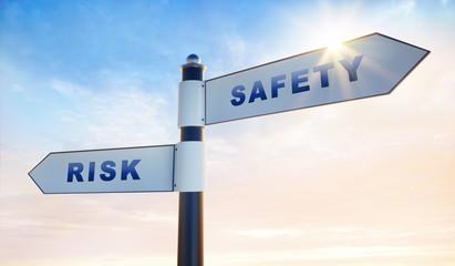 2 Wegweiser in Abendsonne - safety risk