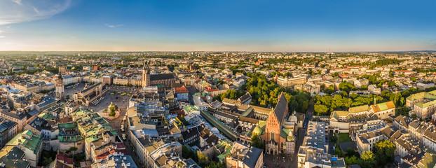 Kraków - panorama starego miasta z Rynkiem Głównym i Bazyliką Mariacką. Widok z lotu ptaka.