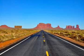 Fotobehang Lichtroze Road leading to Monument Valley.