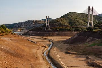 Embalse de Barrios de Luna durante la sequía y puente atirantado de la autovía, León, España.