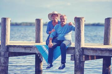 zusammen sein - älteres Pärchen am See