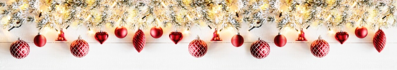 Weihnachten Girlande, Extra Breit, Geschmückt mit roten Weihnachtskugeln, Textfreiraum