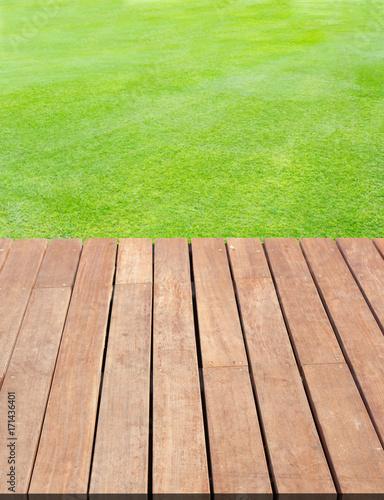 lames de terrasse en bois sur pelouse naturelle photo libre de droits sur la banque d 39 images. Black Bedroom Furniture Sets. Home Design Ideas