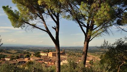 Panorama der Altstadt von San Gimignano mit der Weite der Toskana im Hintergrund