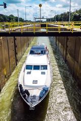 Yacht in einer Schiffsschleuse, Ems, Ostfriesland, Deutschland