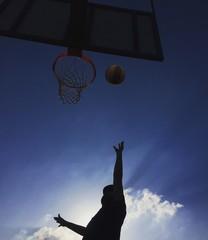 giocare a basketball
