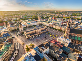 Tuinposter Krakau Kraków - stare miasto z lotu ptaka. Rynek Główny i Sukiennice w świetle wieczornego słońca.