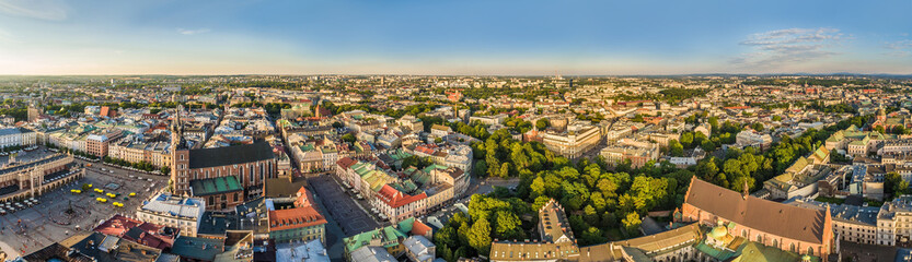 Kraków - panorama z lotu ptaka.  Starte miasto z powietrza z Bazylika Mariacką i Małym Rynkiem.