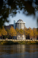 De toren van het Bonnefantenmuseum aan de Maas in Maastricht