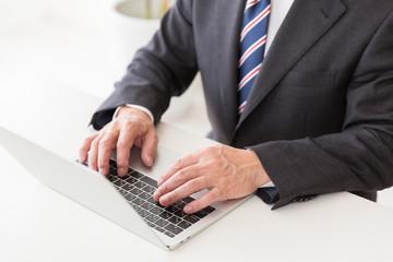 パソコンとミドル男性 手元 ビジネス