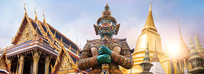 Wat Phra Kaew, Emerald Buddha temple,  Wat Phra Kaew is one of Bangkok's most famous tourist sites Fotomurales