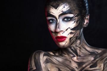 Разрисованная женщина в черно белой гамме с красными губами.