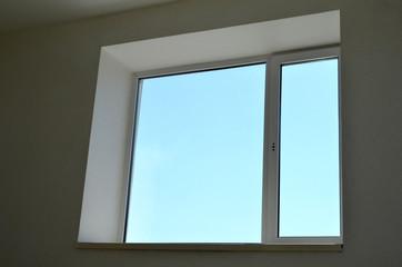 Окно в здании с видом на чистое небо