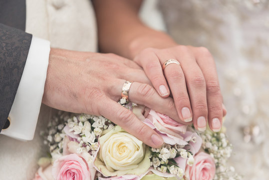 Hochzeit Brautstrauß und Ringe Close-up