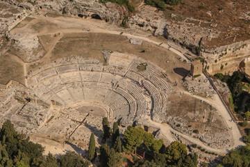 Il Teatro greco di Siracusa  situato all'interno del Parco archeologico della Neapolis, sulle pendici sul lato sud del colle Temenite e ritrasformato in epoca romana. Fototapete