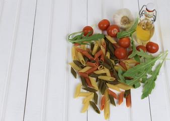 Ингредиенты для итальянской пасты на белом деревянном столе