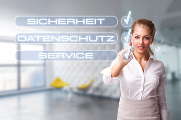 """Geschäftsfrau hakt Checkliste mit """"Sicherheit"""", """"Datenschutz"""" und """"Service"""" ab"""
