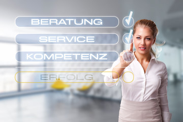 Geschäftsfrau hakt Checkliste zum Erfolg ab