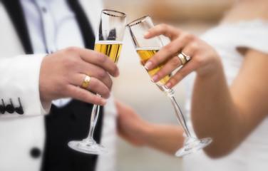 düğünde şampanya içen gelin ve damat