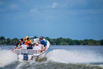 Menschen in einem Motorboot