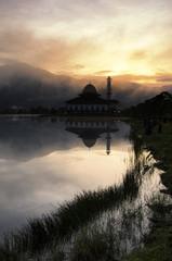 Piękny poranek w pobliżu jeziora, mgła pokrywa wzgórze, odbicie i błyskawice z meczetu - 171812807