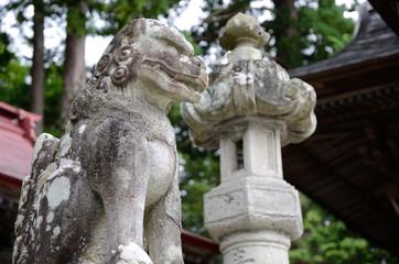神社の狛犬と灯篭
