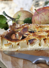 part de tarte aux pommes et fruit sur plateau en bois