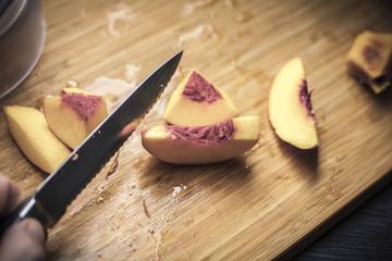 Pfirsisch auf einem Holzbrett