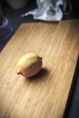 Zitrone auf einem Holzbrett
