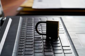 Computer-Tastatur und Vorhängeschloss als Symbol für Internetsicherheit
