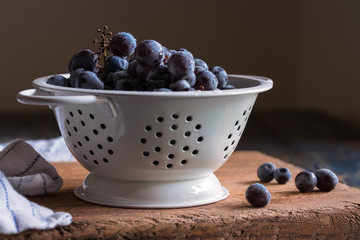 Concord grapes in a strainer