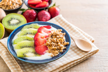 yogurt with strawberry, kiwi and granola