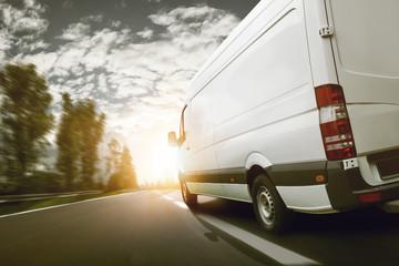Lieferwagen transportiert bei Sonnenaufgang