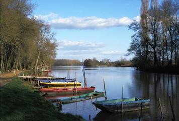 Barques sur la rivière la Sarthe dans le Maine et Loir (France)