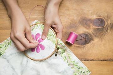 刺繍をする女性の手元