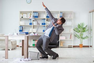 Businessman having fun taking a break in the office at work Papier Peint