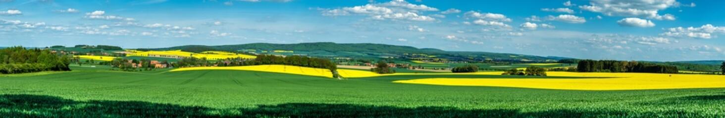 Der Deister Höhenzug im Panorama mit gelbem Raps am Abend im Frühling.