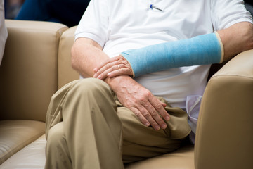 old man got arm splinters waiting doctor in hospital