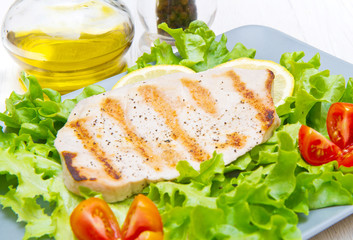 fillet of grilled tuna with salad and tomatoes