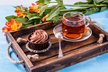 Photo wooden tray with cup , flowers, mafin