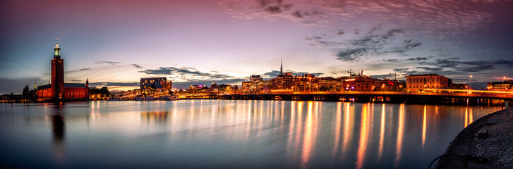 Photo sur Plexiglas Stockholm Stockholm sunset skyline with City Hall as seen from Riddarholmen. Panoramic montage from 13 images