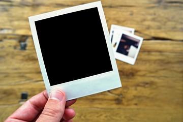 sofortbild auf holztisch blanko schwarz II