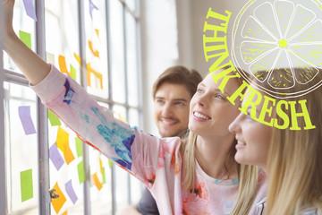 junges team entwickelt neue ideen in einem meeting