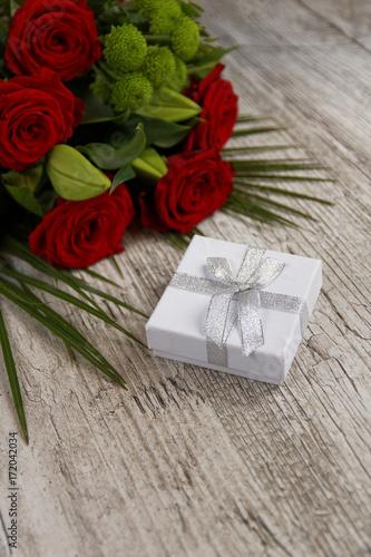 Cadeau De Saint Valentin Avec Bouquet De Roses Rouges Stock