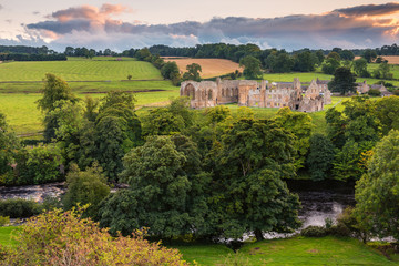 River Tees flows past Egglestone Abbey / The remains of Egglestone Abbey on the banks of River Tees, near Barnard Castle in County Durham Fototapete