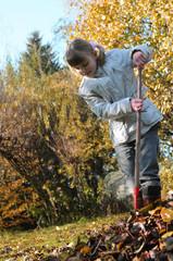 kleines Mädchen spielt im Herbst draußen