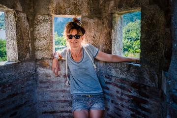 Femme dans les remparts du village de Villefranche-de-Conflent